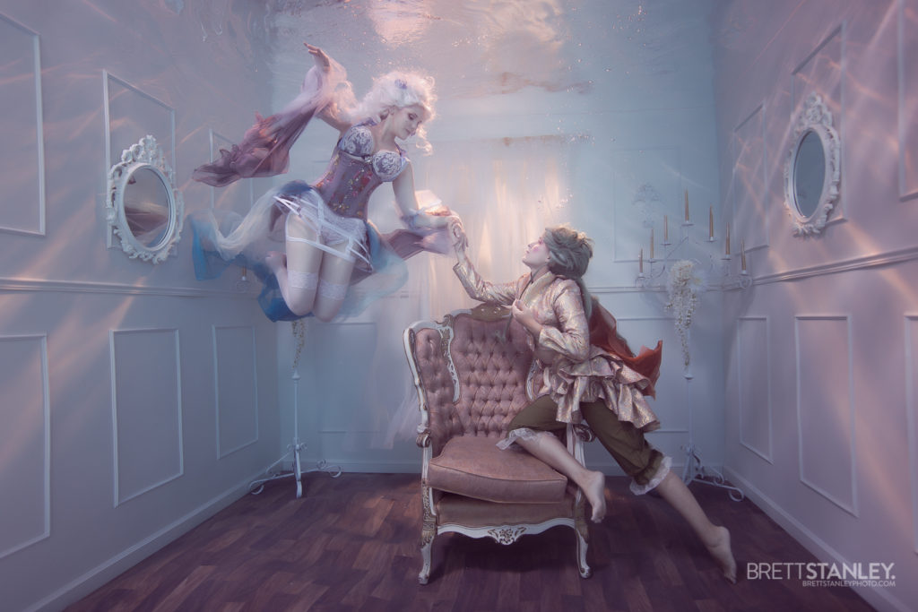 2 cosplayers in an underwater room for a photoshoot